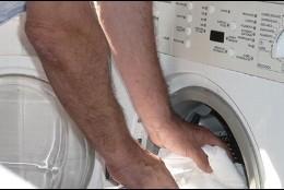 Hombre usando la lavadora.
