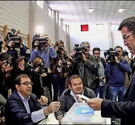 Alberto Núñez Feijóo ante la urna electoral.