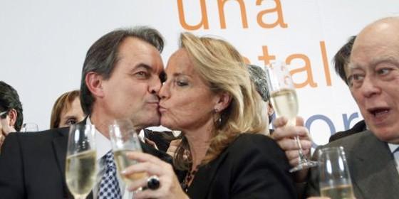 Artur Mas besa a su esposa observado por Jordi Pujol.