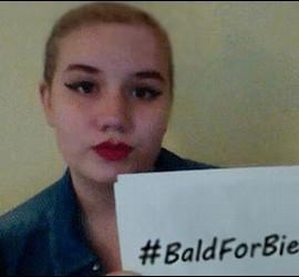 Una fan de Justin Bieber que se ha rapado el pelo.