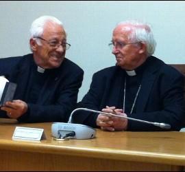 El Padre Ángel entrega la paloma de Mensajeros a Cañizares