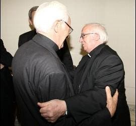 Cañizares abraza al Padre Ángel