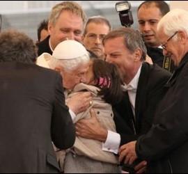 El Papa besa a la niña de Mensajeros