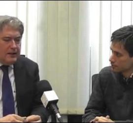 Xavier Horcajo habla con un periodista de PD