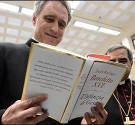 Ganswein, con el libro del Papa