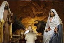 El Papa reza ante el pesebre