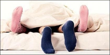 Sexo en la cama y con calcetines.