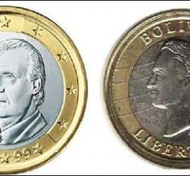 Un euro junto a una moneda de Bolívar Fuerte.