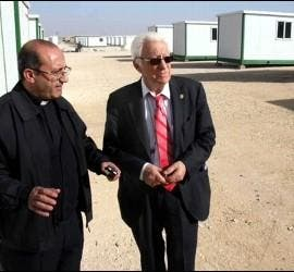 El padre Angel y el padre Carlos, en lso campos de refugiados