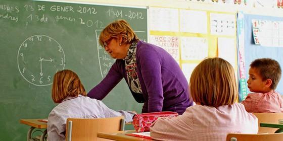 Niños estudiando en un colegio
