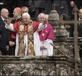 Benedicto en la escalinata de la catedral