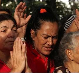 Mujeres venezolanas rezando por la salud de Chávez.