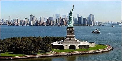La Estatua de la Libertad con Nueva York al fondo.