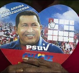 Pegatinas con forma de corazón en favor de Hugo Chávez.