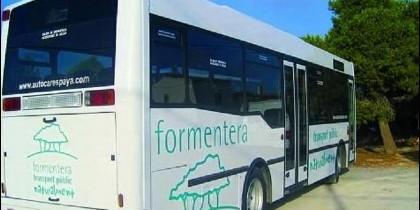 Un bus del transporte público de la isla