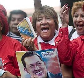 Chavistas rezan por Hugo Chávez en las calles de Venezuela.