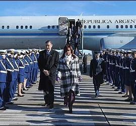 Cristina Kirchner, con su marido ya fallecido y el Tango 01', un boeing 757. es un