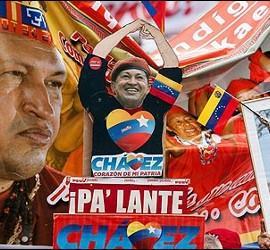 Manifestantes chavistas con carteles de Hugo Chávez.