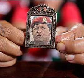 Un escapulario con la imagen de Hugo Chávez.