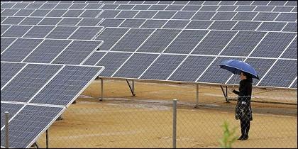 Placas solares, sol y energía fotovoltaica.