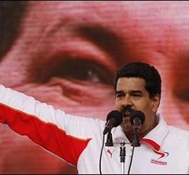 Nicolás Maduro sobre una imagen pasada de Hugo Chávez.