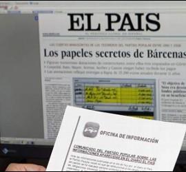 Un trabajador de'El País revisa un comunicado del PP.