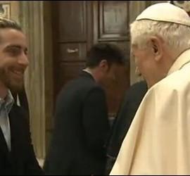 Joven saluda al Papa