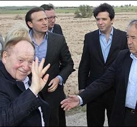 Sheldon Adelson visitando los terrenos de Eurovegas.