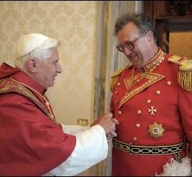 El Papa y Matthew Festing