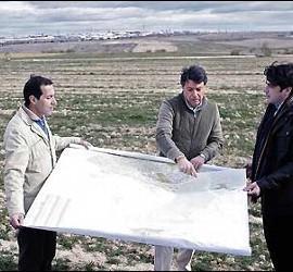 Ignacio González (centro), en los terrenos de Eurovegas, 9 febrero 2013.