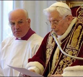 Benedicto XVI leyendo su renuncia
