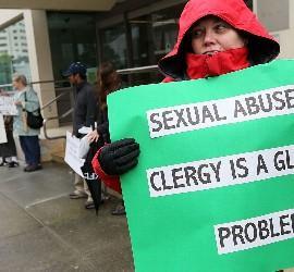 Pancarta contra los abusos sexuales del clero