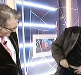Miquel Jiménez procede a bajarse los pantalones ante la atenta mirada de Carlos Fuentes.
