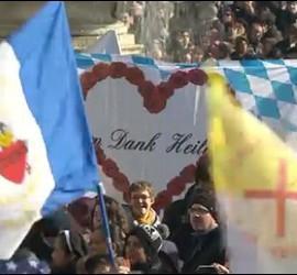 Centenares de banderas en la despedida de Benedicto XVI