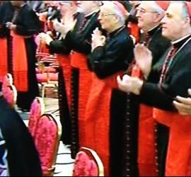 Los cardenales aplauden al Papa