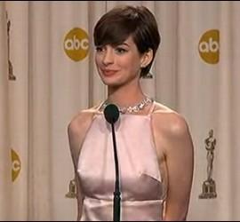 La actriz Anne Hathaway con su polémico vestido en los Oscar 2013.