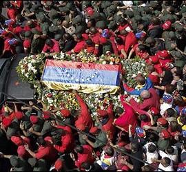 El féretro del presidente de Venezuela, Hugo Chávez, acompañado por cientos de chavistas..