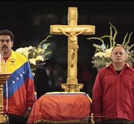 Maduro y Cabello custodian el ataúd del presidente Hugo Chávez, en la Academia Militar de Caracas.