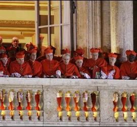 Los cardenales en el balcón observan la salida de Francisco I.