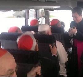 El papa Franciso en el minibus de los cardenales.