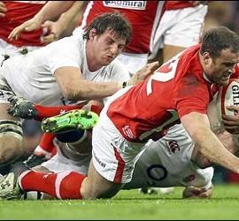 Los jugadores de rugby de Gales ensayan frente a Inglaterra.