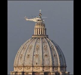 El helicóptero en el que Benedicto XVI se trasladó a Castel Gandolfo