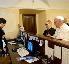 El Papa Francisco, en la recepción de la residencia donde se alojaba antes del cónclave