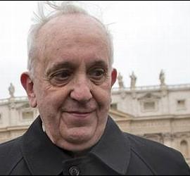 El cardenal Bergoglio, en la plaza del arzobispado de Buenos Aires