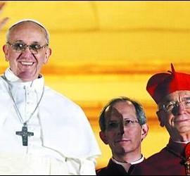 El Papa Francisco en el balcón del Vaticano, junto a su amigo Hummes