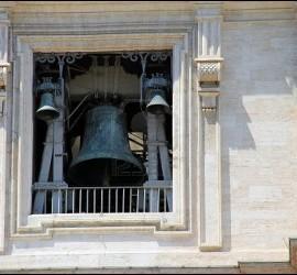 Una de las campanas de la Basílica de San Pedro del Vaticano