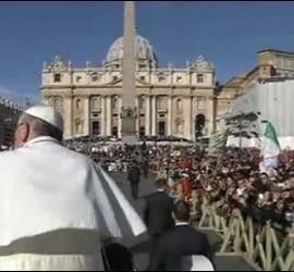 Francisco y el Vaticano al fondo