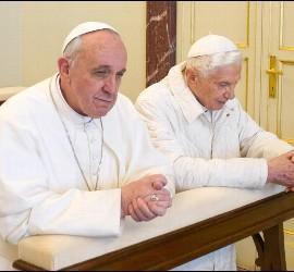 Los dos Papas, juntos, de rodillas