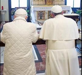 Los Papas rezan ante el sagrario