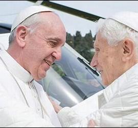 El abrazo del Papa Francisco a su predecesor, Benedicto XVI.